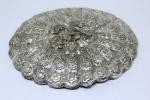 Capa para espelho em prata de lei possivelmente europeu. Peça com rico cinzelado de flores, tendo ao centro ave. Medidas 18 X 15 cm. Peso: 67 g.