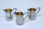 Três leiteira em prata alemã contrastada, interior com vermail. Peso: 73 g.