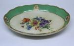 Travessa funda em porcelana alemão , manufatura de Meissen - Sec.  XIX.  Peça esmaltada com flores em policromia, borda em tom verde esmeralda. Medidas: 15 X 21 cm. Peça com restauro.