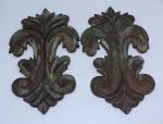 Duas talhas em madeira patinada. Medidas: 23 X 14 cm.