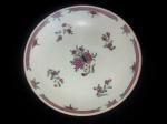 Prato em porcelana da Cia das índias, esmaltagem Família Rosa, período Qianlong - Séc. XVIII. Diâmetro: 22,5 cm. Com restauro.