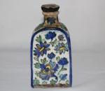 """Antique Persian Iznik Pottery Vase   Chairish"", século XVII/XVIII. Peça decorada com flores, predominando a tonalidade azul cobalto. Alt. 19,5 cm. No estado."
