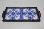 Antiga bandeja em jacarandá. Fundo com 2 azulejos, nos tons azul e branco, decoração floral. Medida: 16 x 31.