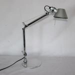 """Moderna luminária para escritório em metal cromado da marca """"Artemide"""", design """"M. De Lucchi - G. Fassina"""". Alt.: 54cm."""