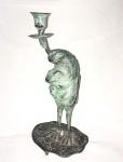 """Curioso e antigo castiçal em bronze, representando """"sapos"""". Alt.: 25 cm."""