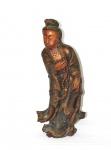 Figura esculpida em madeira policromada, representando Gueixa - China século XVIII/XIX. Delicado e raso entalhe de renda no manto. Alt: 73 cm. Algumas partes coladas.