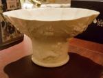 Bowl em porcelana Chinesa, Blanc de Chine , período Kangxi - séc. XVII. Peça decorada com relevo de dragões, frutos e ramos. Bicado na borda.