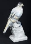 """COPENHAGEN - Lindíssimo grupo escultórico art decô em porcelana alemã representando """"Falcão Peregrino"""" repousado sobre rochedo, marcado e numerado na base, peça de rara beleza. Med.: 31 x 21 cm."""