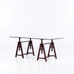 SERGIO RODRIGUES (Rio de Janeiro, RJ, 1927-2014) - Mesa cavalete executada em jacaranda maciço com regulagem de altura para tampo em cristal de 15 mm, detalhes em couro. Med.: 90 x 90 x 1.80 cm.