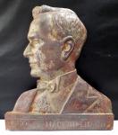 Placa de ferro fundido representando GETÚLIO VARGAS, decênio 1930-40 Guia da Nacionalidade. Mede 34 cm de altura por 30 cm de comprimento.