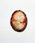 JÓIA - Pingente/broche camafeu italiano encastoado por moldura em prata com vermeil medindo 3,5 x 2,8 cm.