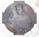 BRONZE - Aplique esculpido em broze e assinado R Domingues representando Nsa. Senhora e menino Jesus. Mede 21 x 21 cm.