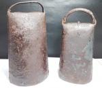 Lote contendo 2 sinaleiras antigas de fazenda manufaturadas em ferro. Maior tamanho 20 cm e menor tamanho 18 cm. OBS: A maior não possui badalo.