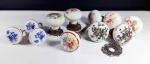 Lote contendo 10 puxadores de gaveta e 1 parte de maçaneta em porcelana medindo maior tamanho 13 cm. Alguns itens no estado.