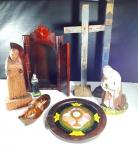 ARTE SACRA - MEMORABILIA RELIGIOSA - Lote contendo 8 itens do imaginário católico de materiais e épocas diversos tendo maior tamanho 36 cm de altura. Alguns itens no estado.