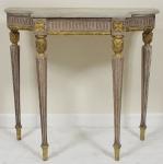 Antigo Console Francês Luís XV, em madeira patinada e dourada. Tampo em mármorerajado. Med.: 87 x 98 x 40 cm.