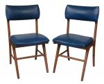 Par de cadeiras anos 60 em madeira de lei com acento e encosto estofados em courino na cor azul. Med: 0,86 x 0, 44 x 0,41 cm .