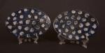 MAUA- Lote constando dois descansos para panelas em cerâmica vitrificada na cor azul cobalto,  decorada com desenhos abstratos. Med.: 23 x 16 cm.