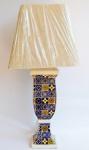 Abajur em porcelana com efeitos craquelados de azulejaria portuguesa. Medidas: 14x14x70 cm. Peça sem uso em excelente estado.