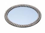 Bandeja redonda em metal com fundo espelhado e bordas com acabamentos  prateados. Medida 30 cm de diâmetro.