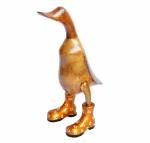 Escultura em madeira representando pato de botas. Medida 25cm de altura.