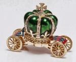 Porta joias bibelô em forma de carruagem metal dourado com rodas e detalhes cravejadas de pedras lapidadas. Medida 8x4x6 cm . Peça sem uso e na caixa original.