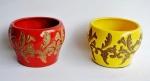 Lote com 2 (dois) cachepos em cerâmica esmaltada com belos acabamentos vazados. Medida 10 cm de altura e 14 cm de diâmetro. Peças sem uso.