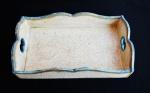 Bandeja de madeira de demolição rabalhada em patina com cor branca e bege. Medida 35x22cm