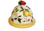 Queijeira em porcelana do renomado LUIZ SALVADOR policromada com motivos de florais e frutas e puxador da tampa em forma de morango. Medida 20 cm de diâmetro e 18 cm de altura