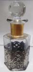 Belo perfumeiro com tampa lapidada estilo dia,mante e base metal vazado. Medida 15 cm de altura.