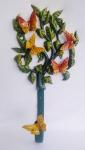 Espetacular suporte para mangueira de jardim em alumínio fundido ricamente policromada para pendurar na parede, representando borboletas. Medida 18x57cm.