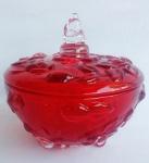 Bela bomboniere em vidro prensado com relevos e folhargens em double color vermelho e translúcido. Medida 13 cm de altura e 14 cm de diâmetro.