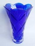 Espetacular floreira ao estilo década de 60' em vidro prensado de aalta qualidade com sucos geométricos. Medida 23 cm de altura.