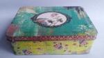 Caixa de lata com pintura de florais . Medida 15x21cm.
