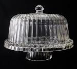 Grande boleira de qualidade em espesso cristal. Peça se transforma em três diferentes vertentes tais como, boleira, fruteira e petisqueira. Peça de grande beleza em caixa original e sem uso. VEJA FOTOS EXTRAS. Medidas: 31,5cm x 30 cm de altura.