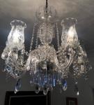 Excepcional lustre de cristal, com 06 braços, para 06 luzes, medindo 80 cm de altura. Completo com mangas de cristal lavrados, diversos pingentes de cristal lapidado, facetados. Retirada em Copacabana - Av. Atlântica.