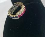 JOIA- Magnífico anel em ouro branco, modelo reversível, ricamente cravejado por brilhantes, Rubis e Safiras. Galeria completa. Um clássico!! Pode ser usado de diversas maneiras. Aro 14.