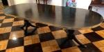 Magnífica mesa de Jantar inglesa, dita Banquet Table, no estilo George III. Madeira nobre, tampo único, guarnicoes laterais em bronze, suspenso por duas colunas de pés recurvos com terminações em bronze. Med. 250x110cm e 75cm de altura.  Retirada em Copacabana - RJ.