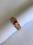 JOIA- Delicado anel em ouro 18k, cravejado por brilhantes, galeria central composta por linda pedra em Rubi no formato de coração. Aro. 14