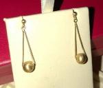 H STERN - Belíssimo par de brincos pendentes, de ouro 18k, medindo 03cm pendentes, cada.