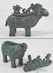 ARTE CHINESA - Pequena e antiga peça ao gosto da Dinastia Shang (1700 to 1027 A.C) em bronze fundido no formato de ovelha, encimada por pássaro estilizado e decoração arcaica com máscaras taotie e pássaro sobre as costas. Pátina esverdeada. Não periciada. Metal não analisado. Med. 13 x 9.5 cm. Peça similar em tamanho um pouco maior, foi recentemente vendida na Christies por um valor recorde para os bronzes chineses ------------------> https://www.christies.com/features/Vasiliki-Paloympis-with-a-Chinese-ram-form-bronze-8145-1.aspx?sc_lang=en&cid=EM_EMLcontent0414482B_0&cid=DM86237&bid=83045110