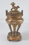 Antigo e pequeno incensário chinês em 3 partes feito em bronze com aplicações de prata de lei 'inlay. Tampa encimada por cão de fó. Peça elegante e de extremo bom gosto. Séc. XIX - Med. 18 x 09 cm total.