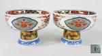 Par de antigas taças em porcelana japonesa ARITA - IMARI. Cerca de 1900, detalhes em azul underglaze, realces a ouro na coluna e reservas com flores estilizadas. Marca azul no fundo com  ideograma não identificado. Med. 10.5 x 7.5 cm
