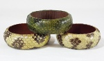 Lote com 3 pulseiras largas em couro de cobra legítimo e madeira.