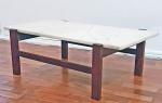 Anos 60 - Mesa de centro em madeira de lei e mármore branco. Med. 90 x 52 x 30 cm
