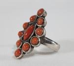 Anel oriental  em prata e coral vermelho. Aro 16.