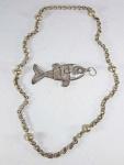 JOIA DE CRIOULA - Colar em metal branco com esferas e pingente de peixe em partes móveis em metal prateado. Med.  42 cm fechado e pingente 12 cm