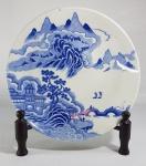 Antigo prato em porcelana chinesa azul e branco, decorado com as montanhas sagradas, lago e pagodes. Sem marca, Séc.XIX. Med. 24.5 cm