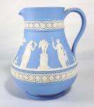 WEDGWOOD - Cremeira em biscuit na tonalidade azul e branco com ricos trabalhos de camafeu com cenas clássicas e arabescos. Peça monogramada, numeradas e marcadas. Med. 13 x 11 cm.