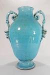 MAJOLICA MONTELUPO - TOSCANA - ITÁLIA, séc.XVII/XVIII - Exuberante urna em pesada cerâmica vitrificada na cor azul turquesa, alças em movimento serpentino e cabeças de leão ladeando. Med. 46 x 35 cm  (Cor com influência dos esmaltes persas azuis monocromáticos) CONHEÇA MAIS ----> https://www.visittuscany.com/en/crafts/montelupos-majolica-the-history/    VALORES ----> https://www.artistica.com/collections/majolica-montelupo/products/majolica-montelupo-xvi-century-urn-9384-maj